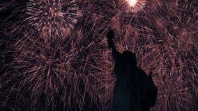 Fuochi d'artificio di indipendenza con la statua di libertà in New York stock footage
