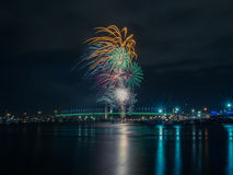 Fuochi d'artificio di inverno sopra il fiume Fotografia Stock Libera da Diritti