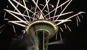 Fuochi d'artificio di notte dell'ago dello spazio al primo dell'anno fotografia stock libera da diritti