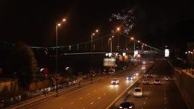 Fuochi d'artificio di notte nella città archivi video
