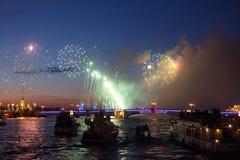Fuochi d'artificio di notte sopra l'acqua fotografie stock libere da diritti