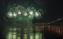 Fuochi d'artificio di notte sul fiume Yenisei Fotografie Stock Libere da Diritti