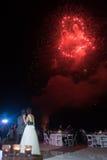 Fuochi d'artificio di nozze di spiaggia della destinazione Fotografia Stock