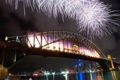 Fuochi d'artificio di nuovo anno del ponticello di porto di Sydney Fotografie Stock