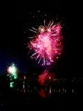 Fuochi d'artificio di nuovo anno nella città Immagine Stock