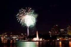 Fuochi d'artificio di paesaggio urbano Immagine Stock