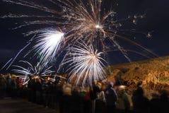 Fuochi d'artificio di sorveglianza della gente. Fotografia Stock