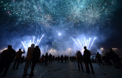 Fuochi d'artificio di sorveglianza della gente Fotografia Stock Libera da Diritti