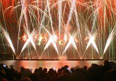 Fuochi d'artificio di sorveglianza della gente Immagine Stock