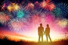 fuochi d'artificio di sorveglianza delle coppie sulla collina fotografia stock libera da diritti