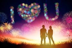 fuochi d'artificio di sorveglianza di forma del cuore delle coppie sulla collina immagini stock