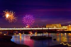Fuochi d'artificio di tramonto dell'orizzonte di Londra su Tamigi fotografie stock libere da diritti