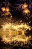 Fuochi d'artificio dorati e porpora Fotografia Stock