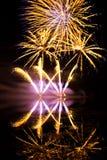 Fuochi d'artificio dorati e porpora Immagini Stock Libere da Diritti