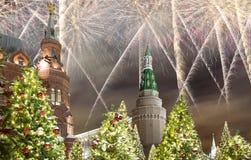 Fuochi d'artificio durante illuminazione delle feste del nuovo anno e di Natale alla notte, Cremlino a Mosca, Russia immagini stock