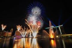 Fuochi d'artificio durante l'apertura 2010 dei Giochi Olimpici della gioventù Immagini Stock