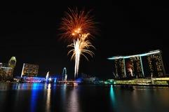 Fuochi d'artificio durante l'apertura 2010 dei Giochi Olimpici della gioventù Immagine Stock
