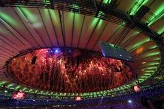 Fuochi d'artificio durante la cerimonia di apertura di Olympics di Rio 2016 Immagini Stock Libere da Diritti