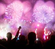 Fuochi d'artificio e folla che celebrano il nuovo anno Fotografia Stock