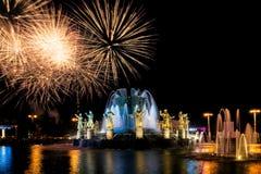 Fuochi d'artificio e fontana Fotografie Stock Libere da Diritti
