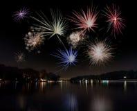 Fuochi d'artificio e lago. Fotografia Stock