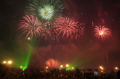 Fuochi d'artificio e spettatori Fotografia Stock