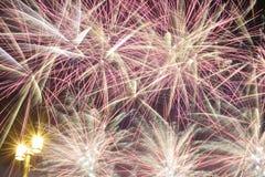Fuochi d'artificio e un'iluminazione pubblica Fotografia Stock Libera da Diritti