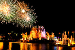 Fuochi d'artificio ed amicizia della fontana delle nazioni Fotografie Stock