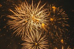 Fuochi d'artificio festivi dell'oro del primo piano su un fondo nero Fondo astratto di festa fotografia stock libera da diritti