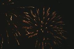 Fuochi d'artificio festivi dell'oro del primo piano su un fondo nero Fondo astratto di festa fotografia stock