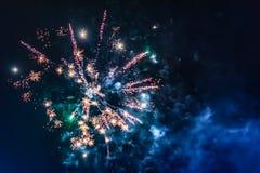 Fuochi d'artificio festivi luminosi contro lo sfondo del cielo notturno immagini stock libere da diritti