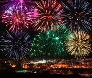 Fuochi d'artificio festivi sopra la città di notte Immagine Stock Libera da Diritti