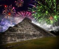 Fuochi d'artificio festivi sopra la piramide del ` s di Kukulkan, Messico Fotografia Stock