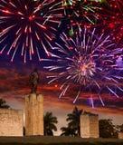 Fuochi d'artificio festivi sopra un monumento Che Guevara cuba Santa Clara Fotografie Stock