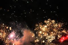 Fuochi d'artificio firework Priorit? bassa celestiale Onda variopinta delle luci scintillanti gialle luminose nel cielo notturno  fotografia stock libera da diritti