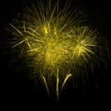 Fuochi d'artificio gialli nel cielo notturno Fotografia Stock