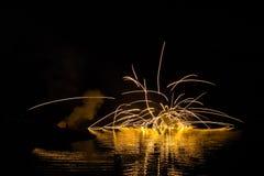 Fuochi d'artificio gialli sul lago Fiastra Fotografie Stock Libere da Diritti