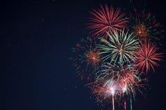 Fuochi d'artificio gialli verdi rossi scintillanti Immagini Stock Libere da Diritti