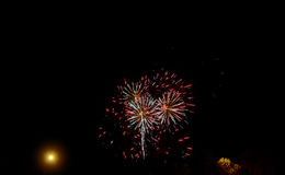 Fuochi d'artificio gialli verdi rossi scintillanti di celebrazione sopra il cielo stellato Festa dell'indipendenza, quarta luglio Fotografie Stock Libere da Diritti