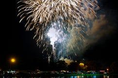Fuochi d'artificio gialli verdi rossi scintillanti di celebrazione sopra il cielo stellato Festa dell'indipendenza, quarta luglio Immagine Stock