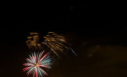 Fuochi d'artificio gialli verdi rossi scintillanti di celebrazione sopra il cielo stellato Festa dell'indipendenza, quarta luglio Fotografia Stock