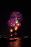 Fuochi d'artificio grandi bei sulla spiaggia Fotografia Stock