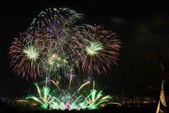 Fuochi d'artificio Grandi scintille sopra la città di notte Fotografie Stock