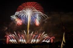 Fuochi d'artificio Grandi scintille sopra la città di notte Fotografie Stock Libere da Diritti