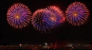 Fuochi d'artificio isolati nella fine scura del fondo su con il posto per testo, festival dei fuochi d'artificio di Malta, 4 di l Fotografie Stock Libere da Diritti