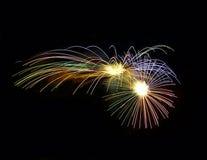 Fuochi d'artificio isolati nella fine scura del fondo su con il posto per testo, festival dei fuochi d'artificio di Malta, 4 di l Fotografia Stock