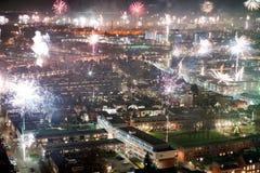 Fuochi d'artificio la vigilia dei nuovi anni Immagine Stock