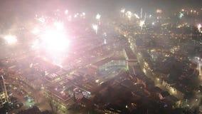 Fuochi d'artificio la vigilia di nuovi anni stock footage