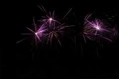 Fuochi d'artificio luminosi alla notte nel cielo nero Fotografia Stock Libera da Diritti