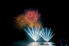 Fuochi d'artificio luminosi e variopinti contro un cielo notturno nero firework Fotografie Stock Libere da Diritti